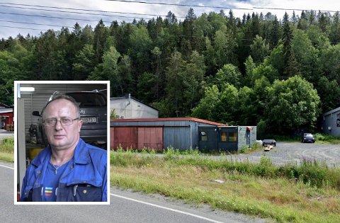 VIL INVESTERE: Gani Bytyqi ved GB Auto vil investere i nytt verksted og tomt på Kalstad. Men før søknaden sendes inn må kommunen svare for hvilke sikkerhetskrav som gjelder i forhold til fjellveggen bak.