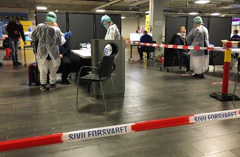 GRENSEKONTROLL: Teststasjonen på Torp tar imot passasjerene som slipper inn i Norge på Torp. Så langt kommer imidlertid ikke alle. Flere hundre passasjerer har imidlertid måttet snu allerede ved grensekontrollen. Bildet er tatt ved teststasjonen i januar.