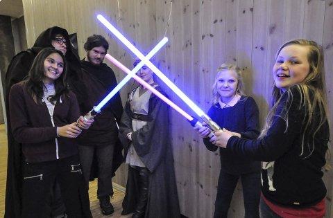 LASERKAMP: Nina Bjørndalen, Tone Haave og Thea Bakkåker Grini ladet opp til Star Wars-filmen med laserkamptrening i foajeen. Jediene Anders Stormklynge, Roy André Engebretsen og Ingrid Karterød bak.