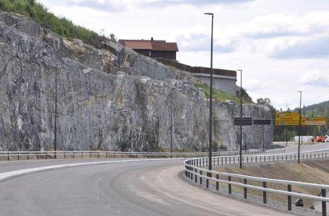 SIKRING: Fjellskjæringer har også blitt sikret med bolter. Her mot Kongsberg bru.