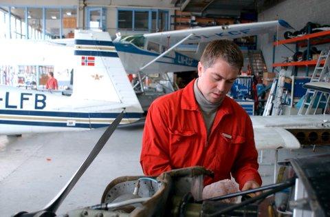 MEKANIKER: Ronny Hansen begynte som mekaniker hos Flyteknisk Notodden og dette bildet ble tatt i 2002. I dag er han daglig leder i bedriften.