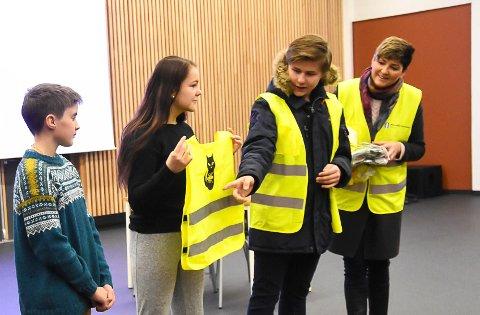 Trafikksikkerhetstiltak: Utdeling av refleksvester til skoleelever er et tiltak man kan søke penger om fra FTU. Her deler  ungdomsrådsleder Ole Thomas Lunde og ordfører Gry Fuglestveit ut refleksvester etter  tegnekonkurranse i regi av kommunen.