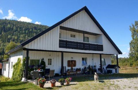 TIL LEIE: Dette huset i Sauland kan du få leie for 10 000 kroner i måneden.