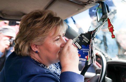 I RÅDEBANK-BYGDA: Statsminister Erna Solberg gikk lukte på Wunderbaumen i en av rånebilene da hun besøkte Bø mandag. Foto: Ørn E. Borgen (NTB)