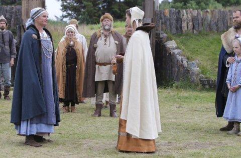 Fru Guri av Edøy: Rundt 2.000 personer så årets utgave av Fru Guri av Edøy. Fra venstre Nina Woxholtt (Fru Guri), Svein Skar, (Håkon), Ane Ulimoen Øverli (Ingeborg), Torgeir Reiten (Sverre) og Johanne Soleim (Gjertrud). FOTO:  WIGDIS WOLLAN