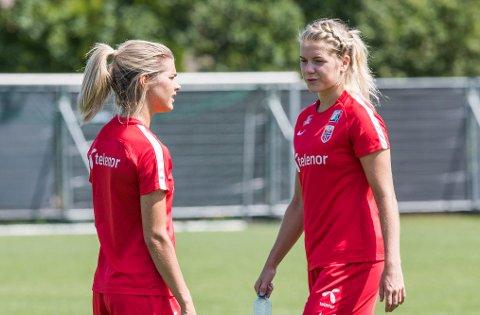 Ada Hegerberg (ti høyre) og Andrine Hegerberg under treningen i Apeldoorn.