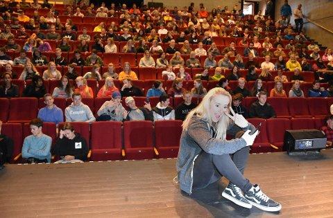 Helsesista, Tale Maria Krohn Engvik, fra da hun var på scenen i Surnadal kulturhus for å snakke med ungdommen om kropp, grenser, press, alkohol, sex, ensomhet og selvfølelse.