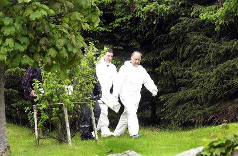 Den drepte Kim-Eirik Salmela Farstad tas ut fra funnstedet av politimennene Johnny Giskegjerde og Nils Aukan (til høyre), juni 2000.  Det er nå 19 år siden barnedrapet skjedde.