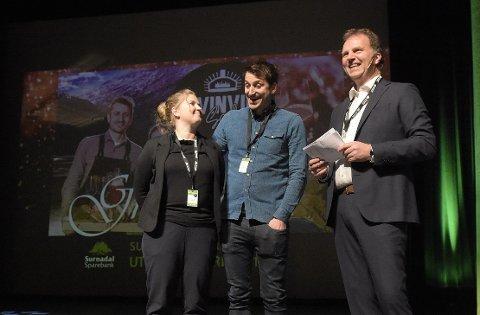 PRISET: Kristina og Tore Svinvik i Svinvik Gard mottok utviklingsprisen fra banksjef Allan Troelsen.