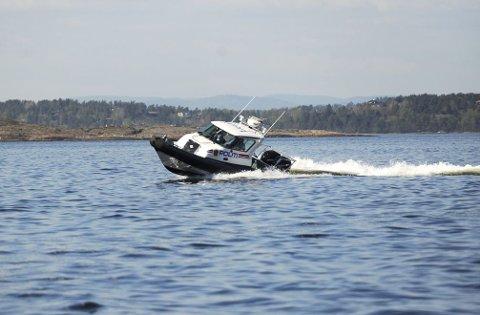 Politibåten er med på øvelsen ved Hudøy.