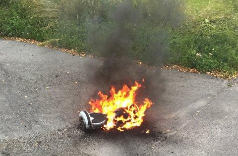 BRENNER: Her står brettet i full fyr. Like før bildet ble tatt var flammene enda høyere.