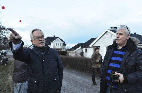 MISFORNØYD: Dette bildet er tatt i forbindelse med protester mot byggeplanene i Arenfeldts vei. Her er Rune Larsen (til venstre) sammen med en av de andre naboene til prosjektet, Jarle Lysberg.