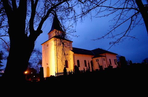 Nøtterøy kirke fotografert en vinterkveld.