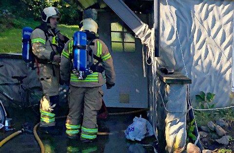 Beboeren hadde allerede båret ut det som brant da brannvesenet kom fram til stedet.