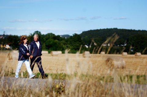BODDE PÅ KALVETANGEN: Carl I. Hagen og Eli Hagen spaserte til og fra valglokalet på Føynland skole da de avla sin stemme i stortingsvalget 2005.