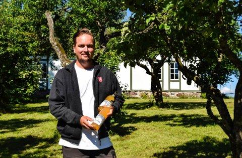 EPLEAKSJON I GANG: Geir Olav Nybo fra Frelsesarmeens rusosorg håper på flest mulig epler i sekkene og flest mulig flasker med eplemost som endelig resultat.