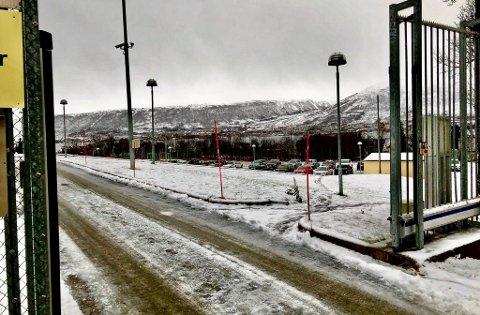 BLITT PARKERINGSPLASS: I 2014 ble bygget ved Tromsø fengsel revet og i dag er det en parkeringsplass der bygget en gang sto. På tross av at bygget er jevnet med jorden, må kriminalomsorgen betale leie for det.