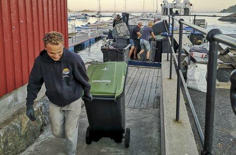 Snart ferdig: Sebastian Lydersen har 13 timer bak seg med tømming på Sandøya. Før han kan ta kvelden må søppelet lagres i et depot på Hagefjordbrygga. Foto: Privat