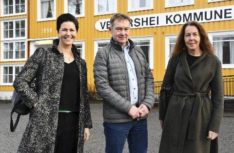 Store planer: Edith Somdal (t.h.) er leder for Vegår videregående skole AS, som planlegger å starte på Mauråsen i 2021. Her er hun sammen med eieren av Mauråsen-bygget, Olav Aas, og ledelsesutvikler Kine Aasheim da planene ble presentert på Vegårshei. Arkivfoto