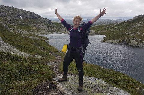 På tur: Anne-Grete Jakobsen er aktivt medlem i Turistforeningen, og er ofte på tur. I begynnelsen av august var hun i Sirdalsheiene sammen med en venninne. Privat foto