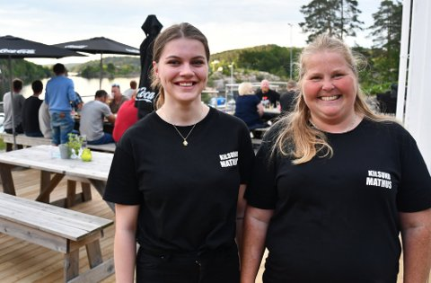 Mona Dannevig (til høyre), sammen med servitør Rebecca Mathisen på en av mange travle kvelder for Kilsund Mathus i sommer. Arkivfoto