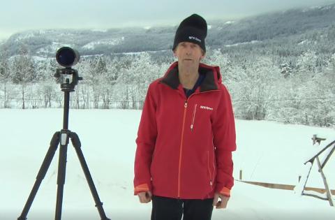 Spøk: Ola Lunde i Sør-Etnedal var med på spøken, da NRKs folk kledde på ham egen NRK-jakke og fant fram kikkerten.