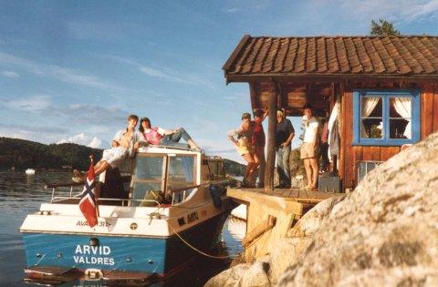 KRAGERØ: Her er Arvid i Kragerø i 1984. På taket ser vi båtens gudmor Karin Johanne Wetlesen