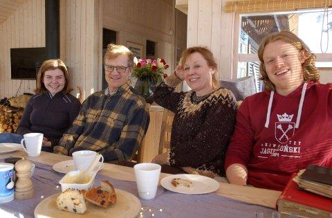 Hytteliv i mange generasjoner: Kjetil Retterstøl og Annechen Bahr Bugge ferierte med familien i årevis på Kruk seter som Annechens oldeforeldre kjøpte for over hundre år siden. Nå nyter de hyttelivet i ny hytte på Kruk. Til høyre sønnen Eilif og til venstre kjæresten hans, Ingrid Westheim.