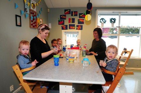 GOD STEMNING. Fra Tøyenåsen barnehage. Kristin og Liv Lillegraven, med fra venstre: Oscar, Jonathan, Linnea, Eldbjørg og Oscar.