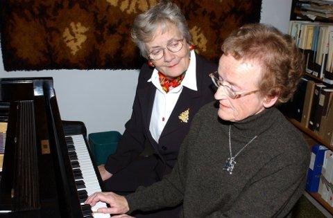 Vigdis Gjelsvik og Helene Jensen blir å høre i bibliotekets skumringstime på mandag.
