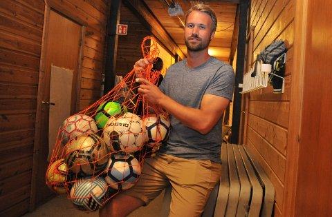 NYKOORDINATOR:Aleksander Viker i kjelleren på klubbhuset til Nittedal IL, som blir base for BUA, ei ordning for gratis utlån av sportsutstyr til barn og unge.