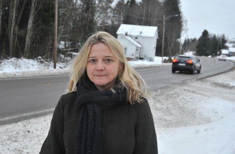 STERKEMINNER:Tove Irene Larsen ved avkjøringa nord for Åneby der hun to ganger har holdt på å miste livet.