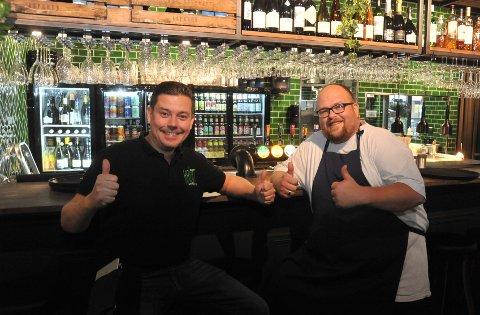 LETTET:Daglig leder Martin Ringlander (t.v.) og kokk Øystein Botnvik i Krutt Gastropub kan fra lørdag klokka 16 blant annet ta imot ølbestillinger i baren.