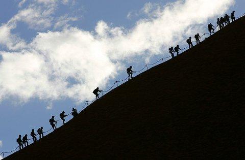 AUSTRALIA: Turister bestiger Uluru (Ayers Rock) selv om den aboriginske urbefolkningen har ytret ønske om at de lar være.