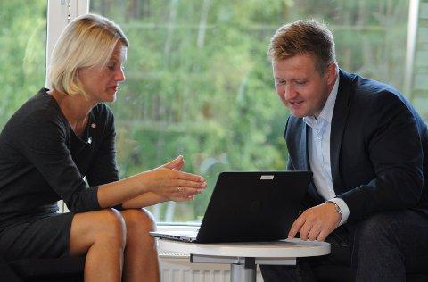 Ordfører Nina Sandberg her sammen med Truls Wickholm.  Med sitt verv i formannskapet på Nesodden kan sistnevnte bli en mulig ordførerkandidat. Men først i november blir det klart hvem som stiller som APs kandidat til nyvalget av ordfører neste høst.