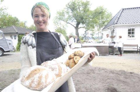 To igjen: En snau time etter at hun åpnet salget søndag, satt Tone igjen med kun to brød. FOTO: Steinar Knudsen