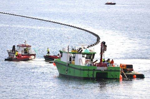 Det er aktivitet i Oslofjorden når nye rørledningsdeler skal senkes ned på havbunnen.