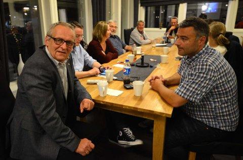 Det var god stemning på Arbeiderpartiets valgvake på Kaffekråa. Foran til venstre ordførerkandidat Torbjørn Wolden. Til høyre Tore Børresen, partiets andrekandidat.