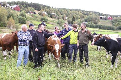 Dyreauksjon på lokalmatdagen blir det også. Fra venstre Knut Sagbakken, Håkon Aashaug, Esten Ole Nygjelten og Steinar Østgård (foran) på venstre sida av kua, og Kjersti Ane Bredesen, Paul Brennmoen, Åsmund Nymoen og Trond Erlien på høyre side.