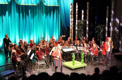 Alle aktørene fra Alvdal Skolekorps og Tynset Skolemusikkorps, med skuespillerne Ida Holten Worsøe og Tom Styve i front.