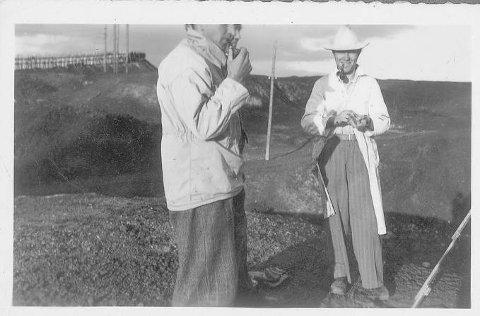 HVOR: Er det noen av leserne som kan fortelle hvor dette bildet er tatt? Mannen i kvit hatt og frakk er Kjell Aukrust som var på Røros og malte en sommer antagelig først på 40-tallet. Forfatteren av Aukrust-biografien, Sigmund Løvåsen, har bildet og vil gjerne ha flere opplysninger om det.