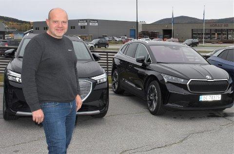 TRENDEN ER KLAR: Som på landsbasis er det elbil-salget som er klart størst hos Möller Bil på Tynset, forteller selger Edvin Aas.