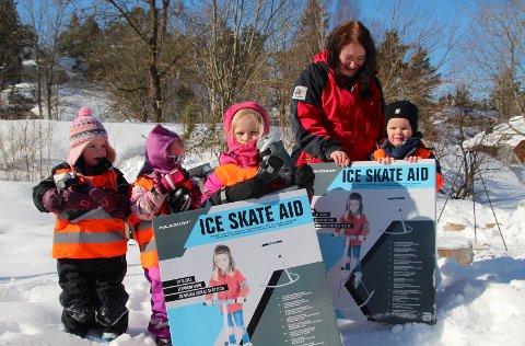 Utstyret i orden: Axel Risa, styrer Sissel Samuelsen, Helene Risa, Stella Andersen Borrmann og Lotta Todnem Borrmann inspiserer skøyteutstyret.