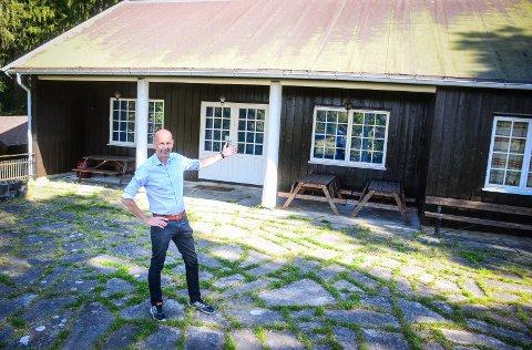 ØNSKER VELKOMMEN: Ås kommune har kjøpt hytta og friområdet Kinnsåsen ved Årungen. Ordfører Ola Nordal (Ap) er svært fornøyd med kjøpet og håper at stedte kan utvikles til glede for innbyggerne.