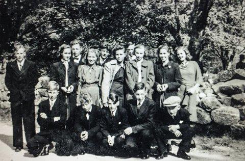 """Konfirmanter: Egil Grødal ( foran t.h. med """"stjærmhuv"""") ble konfirmert i Hov kirke i 1946. Det var siste kullet sokneprest Sigurd Opdahl holdt """"prestskule"""" for. Også de som ble konfirmert  """"oppi bøgd'n, deltok her. Per Øverås (nr 5 f.v. bak) var eneste gutten fra Øverbøgd'n, og ønsket derfor """"å stat fær prest'n """" i Hov, sammen med guttene der. De øvrige på konfirmantbildet er: Stående f.v.: Rolf A Furu, Alvhild Frøysadal (Dirseth), Per Olav Løvsletten, Ragnhild Bersås (Kårvand), Alfhild Ruud (Eliassen), Oskar Bjørklund (Håven), Astrid Sundstrøm (Ødegård), Pauline Frøysadal (Torvik) og Laura Bruseth (Vollan). På huk foran f.v.: Ulf Husby, Torleif Bersås, Per Hoås og Alf Bjørklund. Av  disse 15 ungdommene, som er i sitt 90. år, er det bare tre gjenlevende: Egil, Rolf og Pauline. (Sistnevnte har lånt oss bildet.)"""