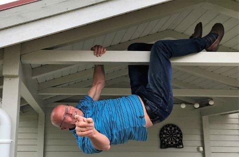 SPETTEN SOM EN 20-ÅRING: Vi spør om Gunstein kan sette seg på en benk for å ta bilde, men han vil ikke sitte, det er ikke typisk han. Kan han hoppe fra benken, da? Men på 1, 2, 3 lange steg hopper mannen på snart 76 år opp, griper tak i husgavelen og drar seg opp etter armene som om han skulle vært 20 år. Der henger han opp ned med en stort gutteaktig glis. Vi får også en god historie med på kjøpet: – Det verste hoppet jeg tok var for noen år tilbake, jeg var i juleselskap med dress og «lakksko», men jeg måtte innom å sjekke et hus på vei hjem. Det snødde og klokka var 23 på kvelden, men jeg klatra opp stigen for å sjekke taket. Vel oppe, registrerte jeg at stigen blåste ned. Hva nå? Jeg hadde ikke telefon, og det var ingen annen vei ned, jeg funderte litt – så gikk jeg til andre siden av huset på taket fullt av is og hoppet 1,5-2 meter over på ei brakke en del lavere enn selve huset, og derfra og ned på bakken. Det gikk jo greit det også, ler karen.