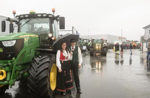 LYNGDAL: Jærbu-bøndene Arthur og Marit Salte er på tur til Stortinget. I lyngdal var det stort fremmøte av bønder fra Lista, Lyngdal og Kvinesdal.