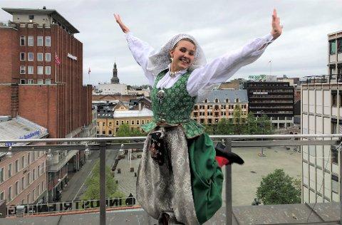 YOUNGSTORGET: Avisa Oslos journalist Emma Glimstad iført en bunad fra Sør-Trøndelag.