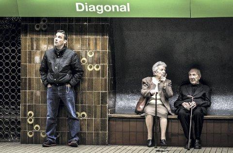 TITTELBILDE: Morten sat på t-bana i Barcelona saman med kona då han blei merksam på det eldre paret på andre sida av perrongen. Heldigvis hadde han kamera klart. Bildet er med på utstillinga. FOTO: Morten Sæle
