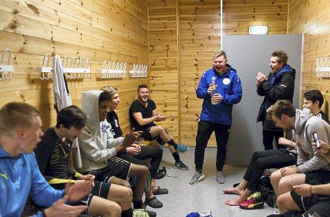 Kvernbit-trenar Eirik Sagstad spretta champagnen i garderoben hausten 2017 då Kvernbit rykka opp til 5. divisjon. I 2019 kan NBK og Kvernbit vera i same divisjon igjen.